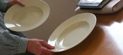 Den tisch decken für das gemeinsame mahl